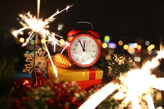 Roter wecker mit weihnachtsgeschenken