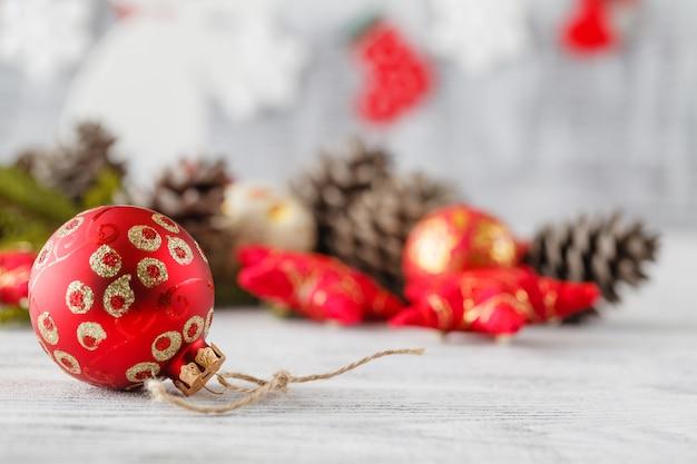 Roter weihnachtsbaum und kugeln auf weiß