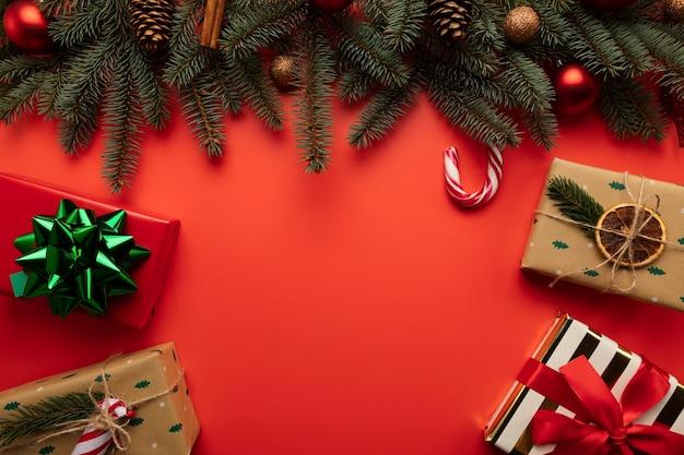 Roter weihnachtshintergrund mit platz für text.