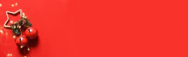 Roter weihnachtshintergrund. weihnachtsglocken auf rotem grund. dekor. layout.