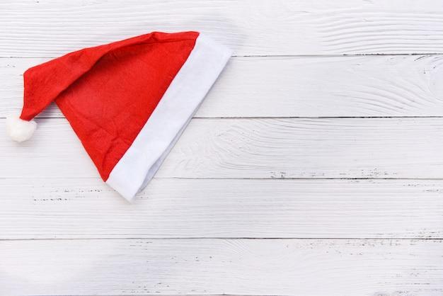 Roter weihnachtshut weihnachtsmann-hut für weihnachtsdekoration und -feiertag