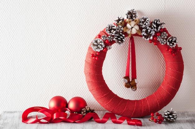 Roter weihnachtskranz und dekoration