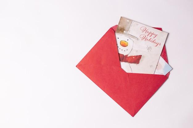 Roter weihnachtsumschlag mit karten