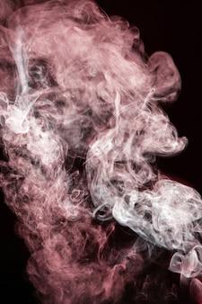 Roter wellenförmiger rauch auf schwarzem hintergrund