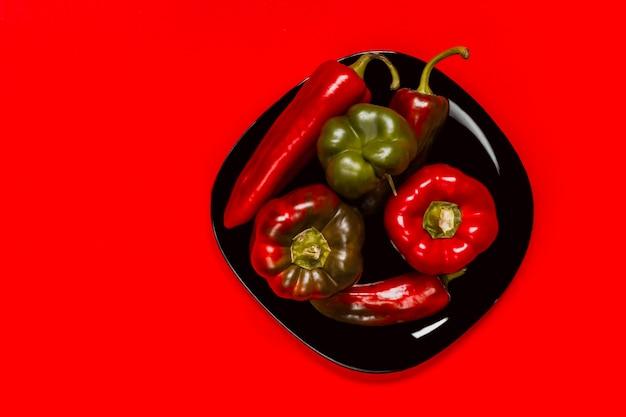 Roter würziger gemüsepaprikapfeffer auf einem schwarzblech
