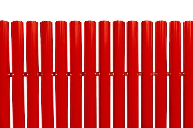 Roter zaun lokalisiert auf einem weißen hintergrund. farbige hecke