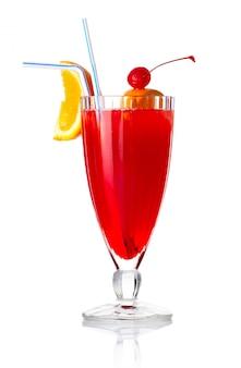 Rotes alkoholcocktail mit orange scheibe und regenschirm lokalisiert