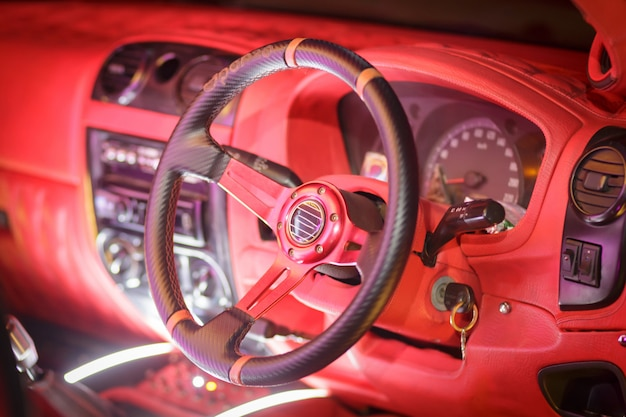 Rotes armaturenbrett im weinleseauto