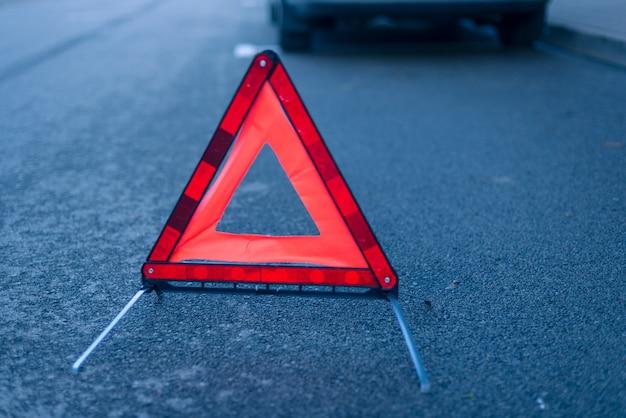 Rotes auto auto-warndreieck-sicherheitsnotreflexzeichen