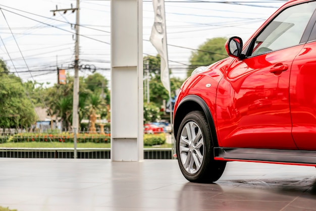Rotes auto der nahaufnahme mit weichzeichnung im hintergrund und über licht