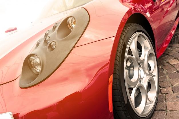 Rotes auto im sonnenuntergang