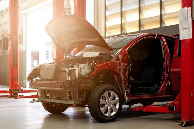 Rotes auto in der reparaturstation und im karosseriebau
