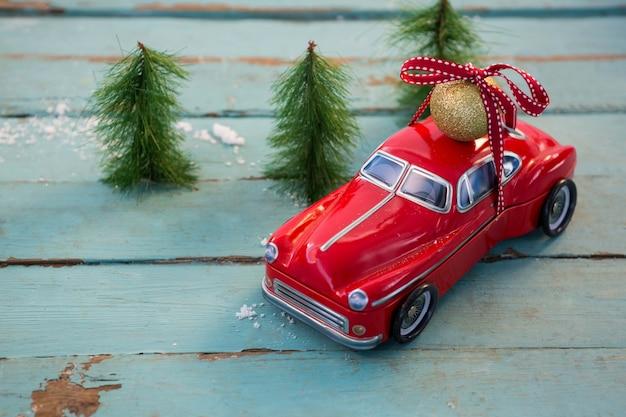 Rotes auto mit einer weihnachtskugel an der spitze