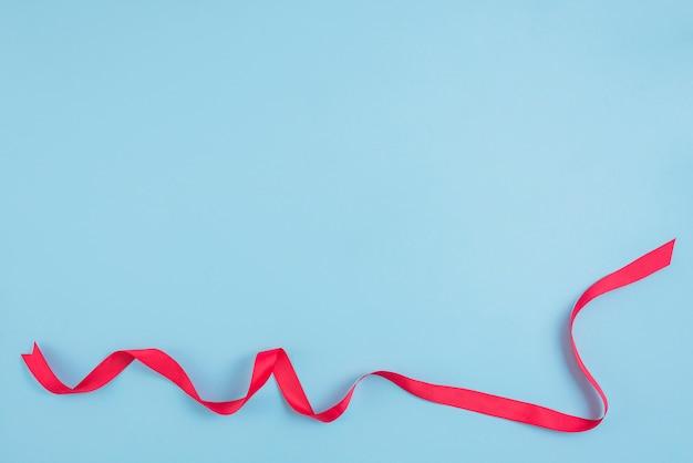 Rotes band auf blau
