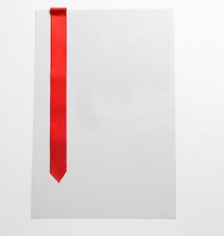 Rotes band auf leerem papierblatt, notiz oder karte