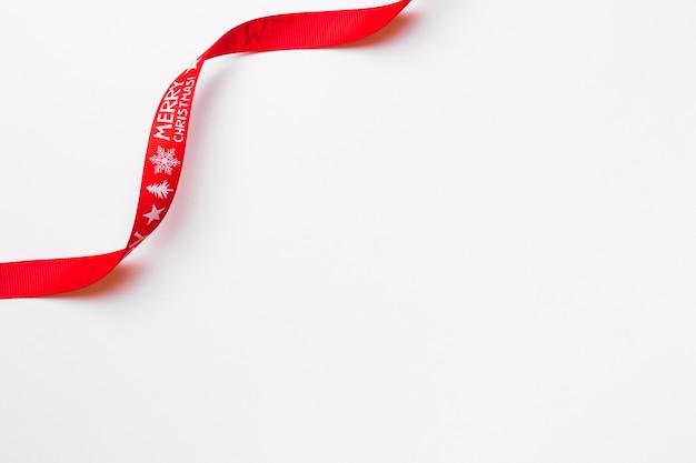 Rotes band, das frohe weihnachten sagt