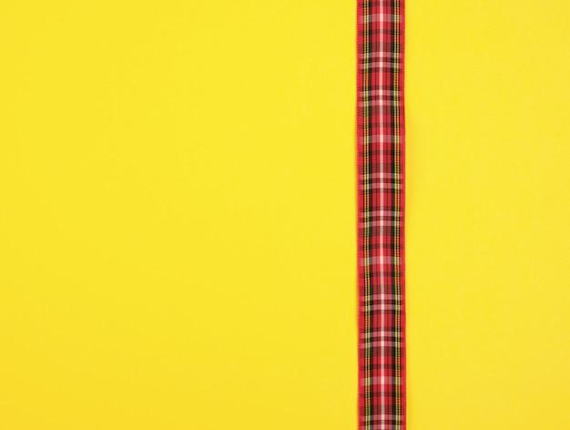Rotes band im kasten auf einem gelben hintergrund