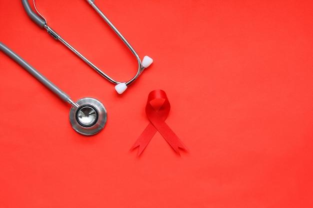 Rotes band und stethoskop auf rot