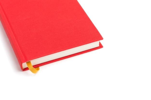 Rotes buch mit gelbem lesezeichen lokalisiert auf weißem hintergrund