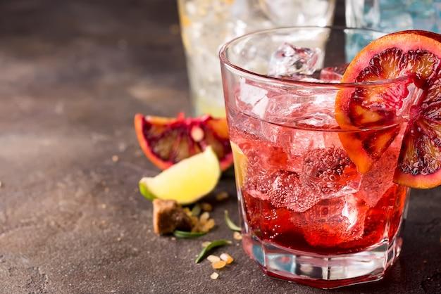 Rotes cocktail mit blutorange