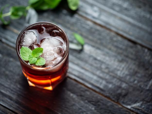 Rotes cocktail mit eis und minze