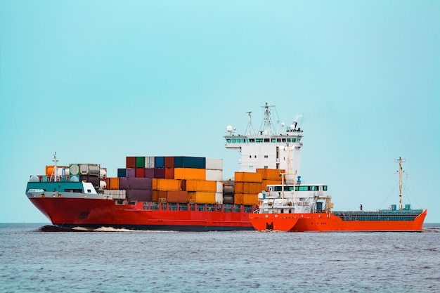 Rotes containerschiff. logistik- und produktionsexport