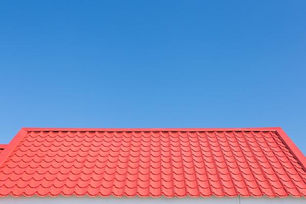 Rotes dach mit hintergrund des blauen himmels