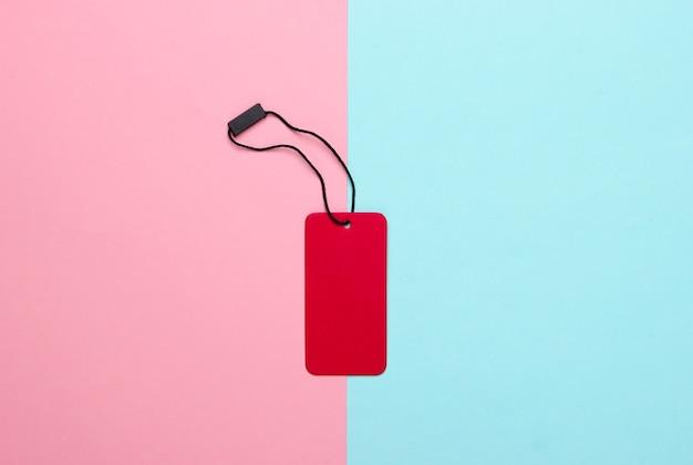 Rotes etikett auf rosa blauem pastell