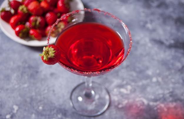 Rotes exotisches alkoholisches cocktail im klarglas