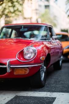 Rotes fahrzeug auf der straße