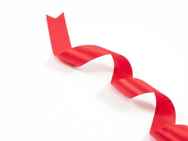 Rotes farbband gekurvt getrennt auf weiß