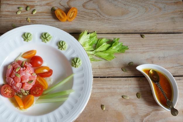 Rotes fischfilet mit kirschtomatensalat