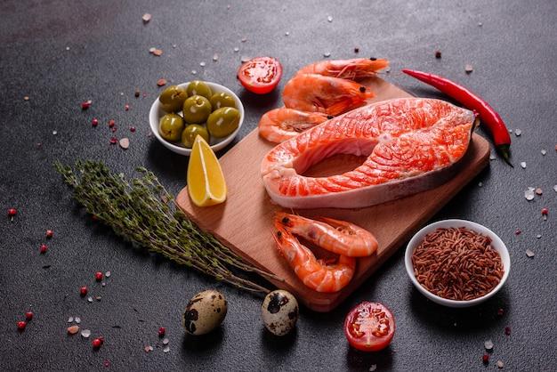 Rotes fischsteak der rohen forelle diente mit kräutern und zitrone und olivenöl. lachs kochen. gesundes essenkonzept
