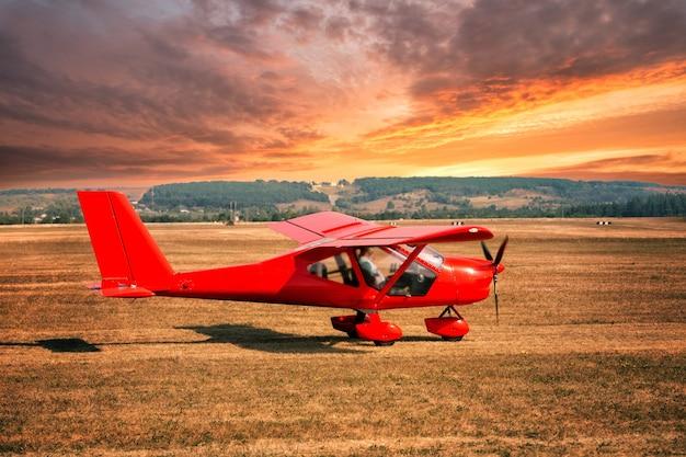Rotes flugzeug am flughafen