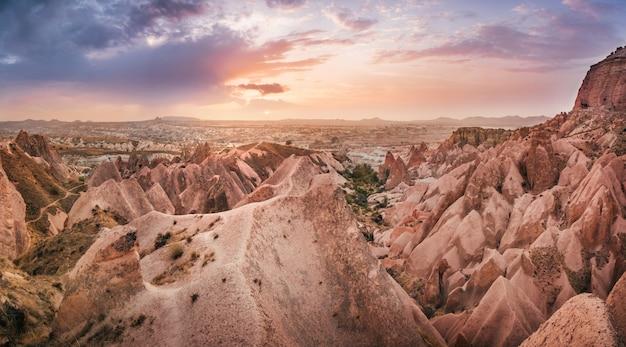 Rotes gebirgstal in der landschaft kappadokiens