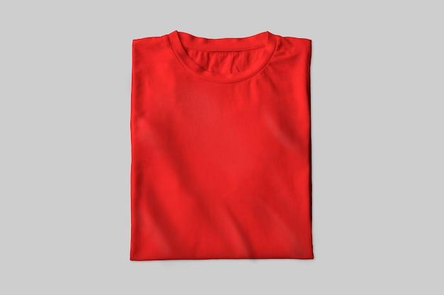 Rotes gefaltetes t-shirt