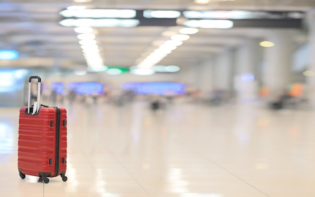 Rotes gepäck im flughafenterminal.