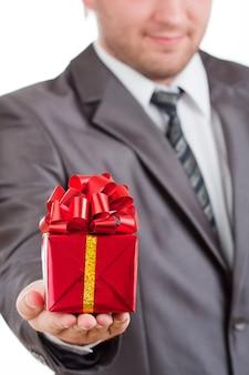 Rotes geschenk in der hand