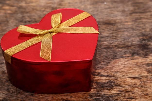 Rotes geschenk in herzform