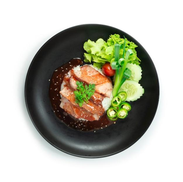 Rotes grillschweinefleisch auf reisrezept mit roter süßer soße