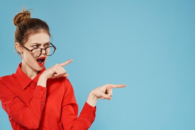 Rotes hemd der geschäftsfrau, das brillensekretär-lebensstil-emotionen trägt.