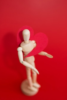 Rotes herz auf hölzernem mannequin
