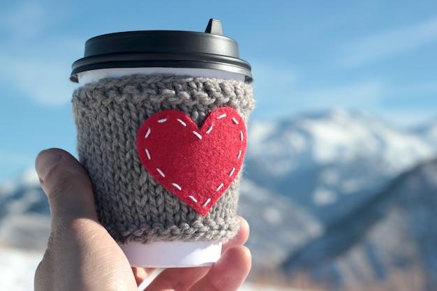 Rotes herz gestrickte kaffeetasse gemütlich.