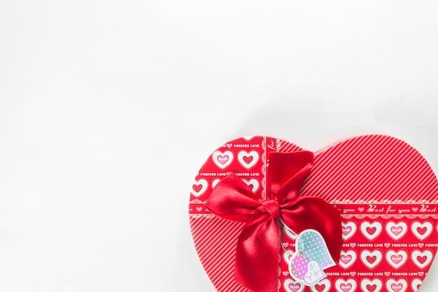 Rotes herz giftbox auf weißem hintergrund