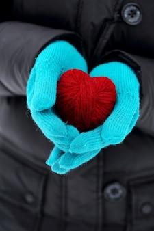 Rotes herz in den händen nahaufnahme am valentinstag