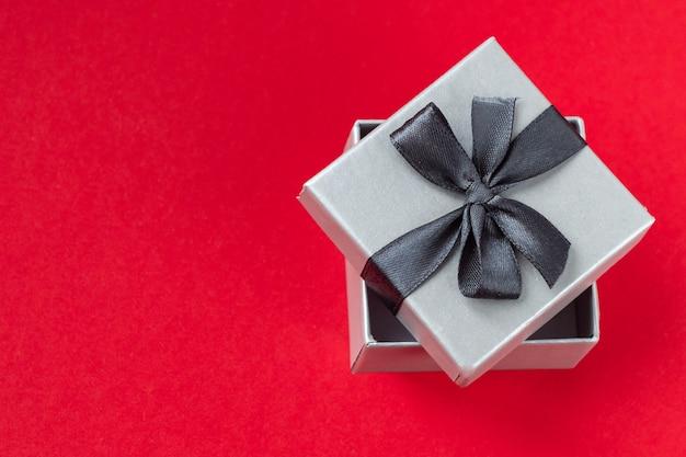 Rotes herz in der geschenkbox auf rotem hintergrund