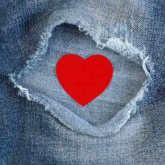 Rotes herz in jeanstasche. valentinstag konzept.
