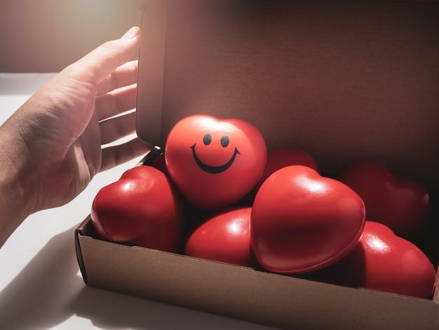 Rotes herz. liebe, fürsorge und valentinstag-konzept.