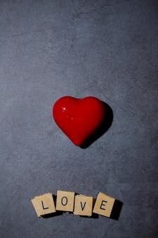 Rotes herz mit blöcken, die liebesbotschaft anzeigen