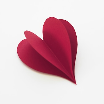 Rotes herz mit hohem winkel aus papier